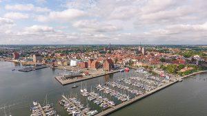 Hafen der Hansestadt Stralsund vor der Insel Rügen an der Ostsee